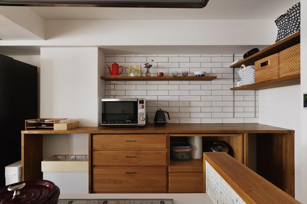 N邸_ブルーが映えるナチュラル&シンプルスタイル (キッチン収納)