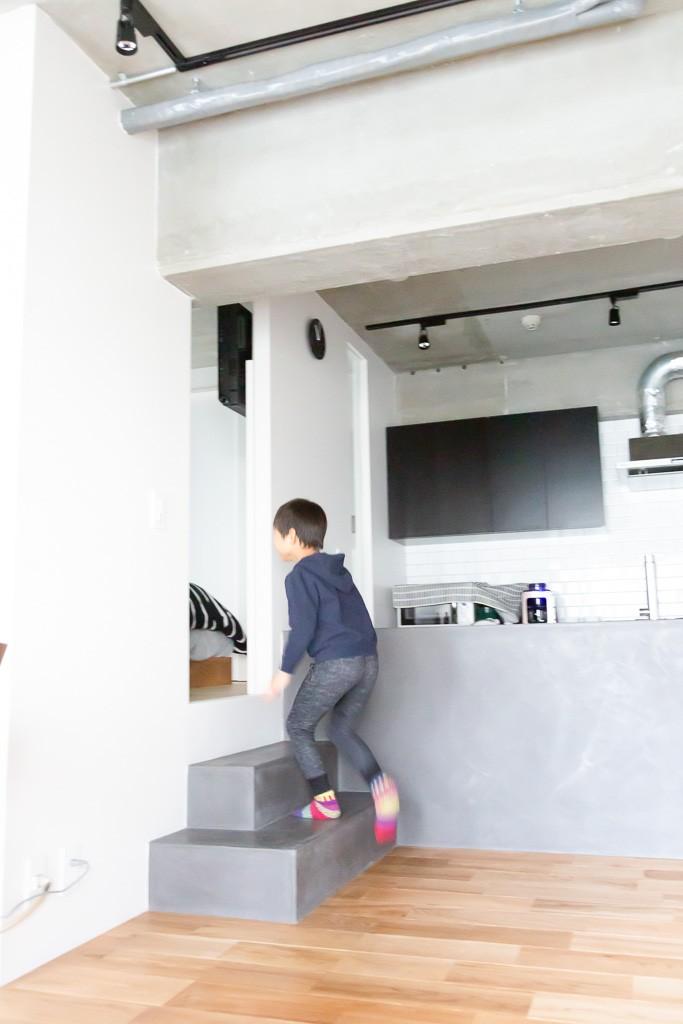 モールテックスキッチンのシンプルリノベーション (小上がり寝室)