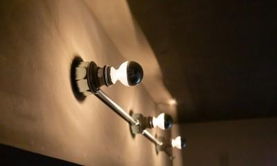 モールテックスキッチンのシンプルリノベーション (露出配管照明)