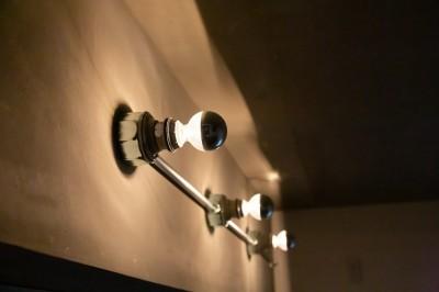 露出配管照明 (モールテックスキッチンのシンプルリノベーション)