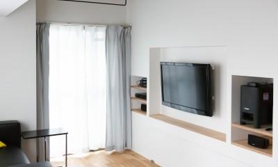 モールテックスキッチンのシンプルリノベーション (埋め込みTV収納)
