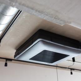 モールテックスキッチンのシンプルリノベーション (薄型天井カセットエアコン)