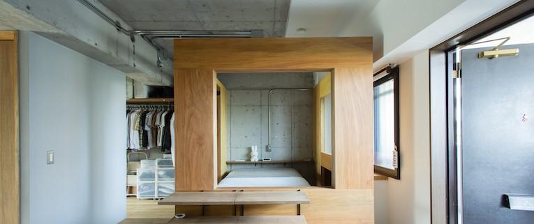 広々した土間とユニークなベッドルームが特徴の開放的な家 (風通しの良い壁で緩やかに仕切ったベッドルーム)