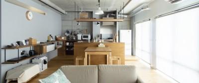 広々した土間とユニークなベッドルームが特徴の開放的な家 (採光に優れた明るいリビングダイニング)