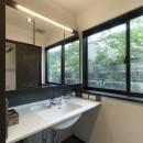 アレルギー反応を持つ子供が住むための和モダン住宅/美しい空気の家の写真 洗面所
