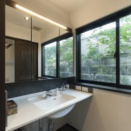 アレルギー反応を持つ子供が住むための和モダン住宅/美しい空気の家 (洗面所)
