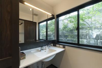 洗面所 (アレルギー反応を持つ子供が住むための和モダン住宅/美しい空気の家)