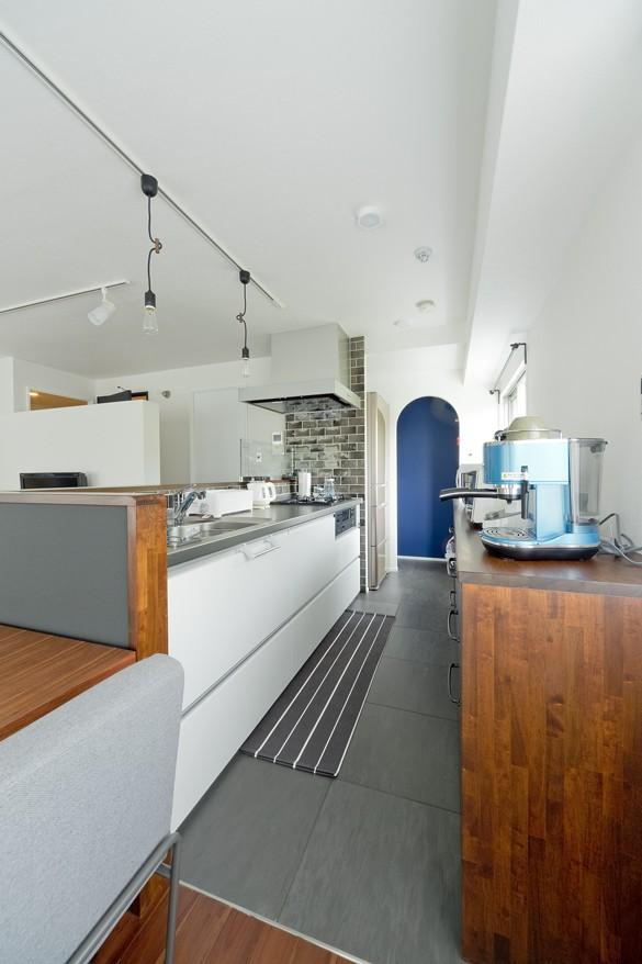 キッチン事例:キッチン(シックなタイルで深みのある空間に)
