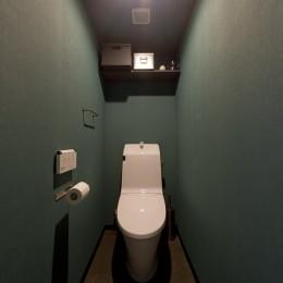 シックなタイルで深みのある空間に (トイレ)