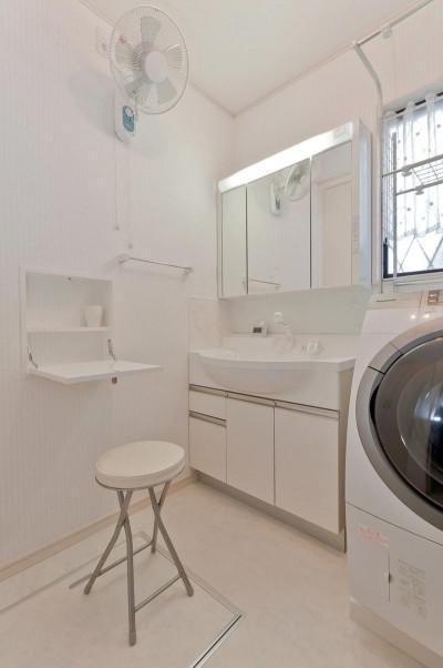 洗面室 (子育てに優しい収納にこだわる住まい)