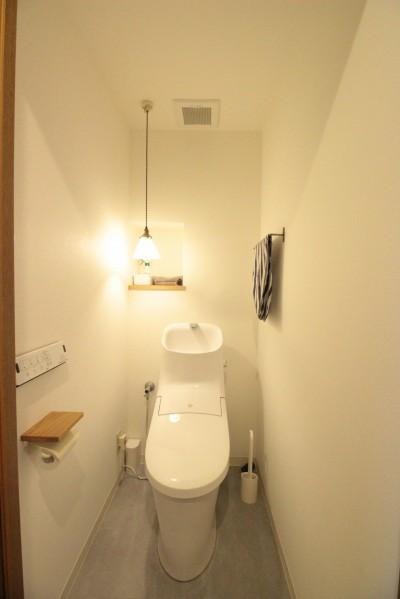 外国のような雰囲気のトイレ (森のようなグリーンのタイルがアクセント!奥様の想いがつまった、自然の中にいるような居心地の良い家)