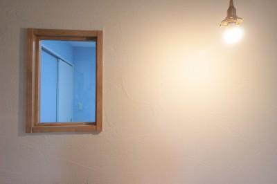 照明が照らす珪藻土の壁と造作内窓 (森のようなグリーンのタイルがアクセント!奥様の想いがつまった、自然の中にいるような居心地の良い家)