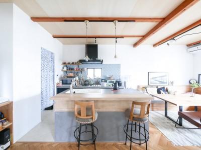 キッチン (全長5mの造作ソファでのんびりダイニングのお家)