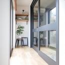 全長5mの造作ソファでのんびりダイニングのお家の写真 ガラス入り戸