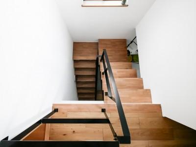 階段 (全長5mの造作ソファでのんびりダイニングのお家)