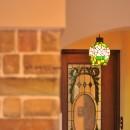 丘の上のアンティーク家具に囲まれたクラシカルの家の写真 持ち込み照明