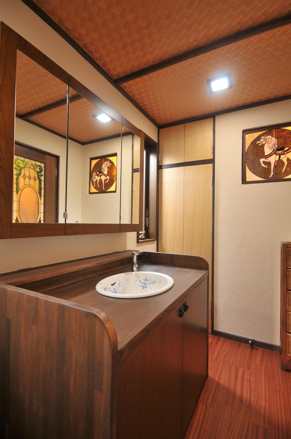 丘の上のアンティーク家具に囲まれたクラシカルの家 (洗面室)