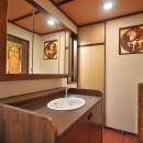 丘の上のアンティーク家具に囲まれたクラシカルの家の写真 洗面室
