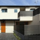 中庭のある無垢な珪藻土の家 – 共働き世帯の家事効率を練りに練ったプラン –の写真 外観 正面から
