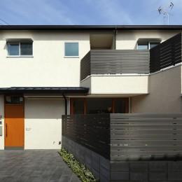 中庭のある無垢な珪藻土の家 – 共働き世帯の家事効率を練りに練ったプラン – (外観 正面から)