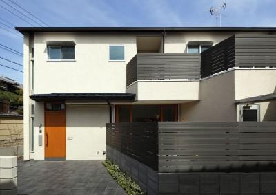外観 正面から (中庭のある無垢な珪藻土の家 – 共働き世帯の家事効率を練りに練ったプラン –)