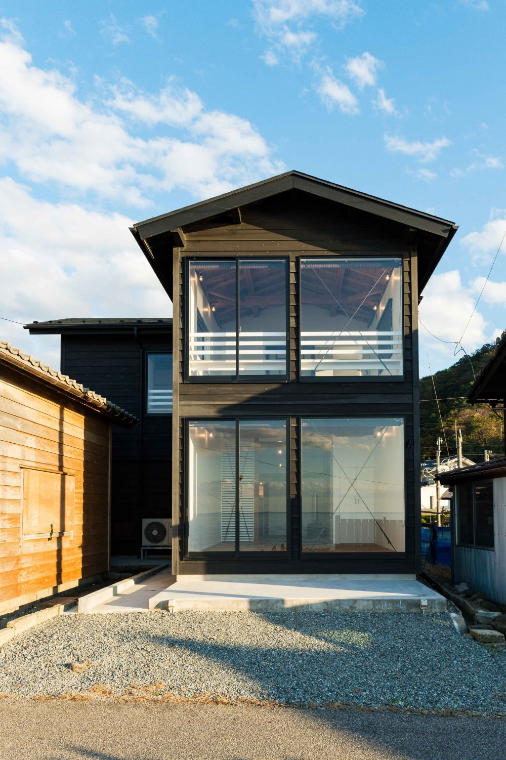 海の家 〜笹川流れ・海を望むリノベーション〜 (杉板張りの外観)
