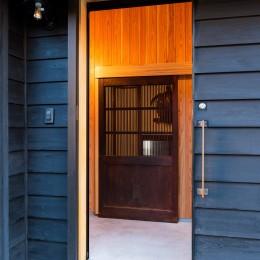海の家 〜笹川流れ・海を望むリノベーション〜 (蔵戸のある玄関)