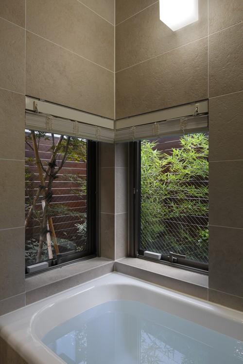 大きな天窓の家 (浴室)