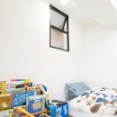 混雑しがちな場所を回遊動線で。土間・通気性・子供部屋を取り入れた夢のマンションリノベ。の写真 キッチンに隣接したひとつめの子供部屋
