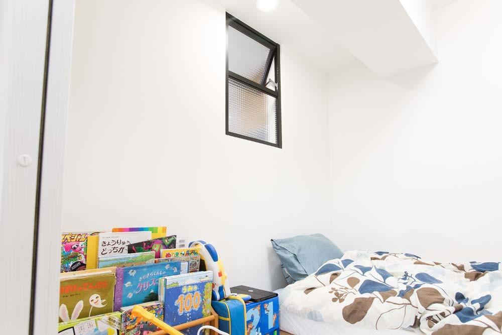 混雑しがちな場所を回遊動線で。土間・通気性・子供部屋を取り入れた夢のマンションリノベ。 (キッチンに隣接したひとつめの子供部屋)