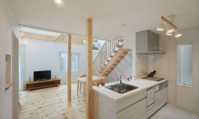 オープンキッチン|キャットウォークと大型吹抜けのある家