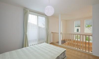 キャットウォークと大型吹抜けのある家 (2階寝室)