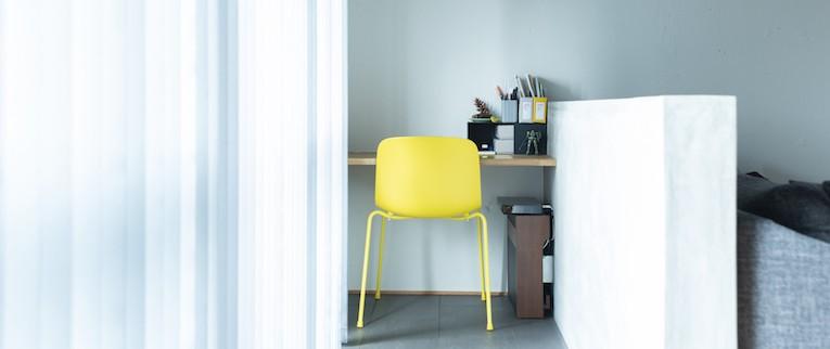 清潔感あふれる、コンパクトなシンプルルーム (リビング隅に、ゆるく仕切られた作業スペース)
