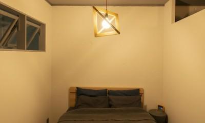 清潔感あふれる、コンパクトなシンプルルーム (上部に窓を設置し、光と空気が入るベッドルーム)