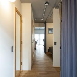 清潔感あふれる、コンパクトなシンプルルーム (玄関脇の広いクローゼットスペース)