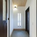 アレルギー反応を持つ子供が住むための和モダン住宅/美しい空気の家の写真 玄関