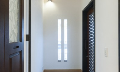 アレルギー反応を持つ子供が住むための和モダン住宅/美しい空気の家 (玄関)
