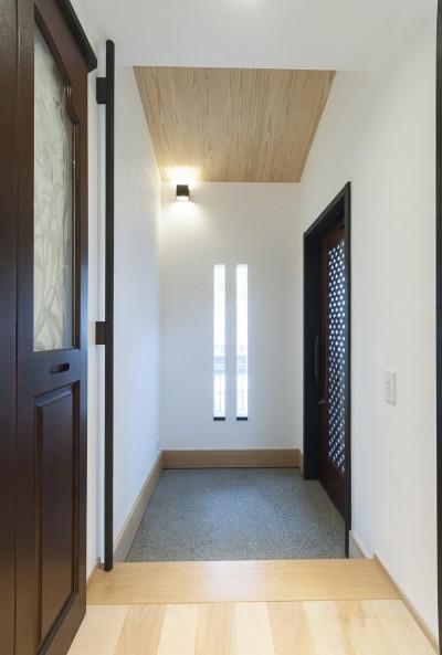 玄関 (アレルギー反応を持つ子供が住むための和モダン住宅/美しい空気の家)