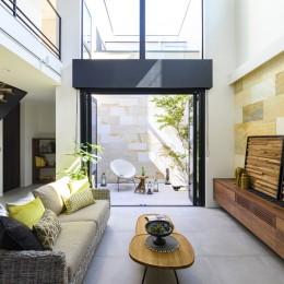 趣味と遊ぶ家 (大開口で繋がるリビングと中庭)