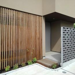 玄関アプローチ (三つの陸屋根を持つコートハウス)