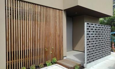 玄関アプローチ|三つの陸屋根を持つコートハウス