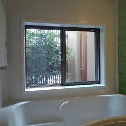 三つの陸屋根を持つコートハウス (浴室から中庭を見る)