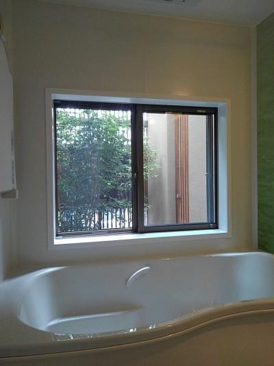 浴室から中庭を見る (三つの陸屋根を持つコートハウス)