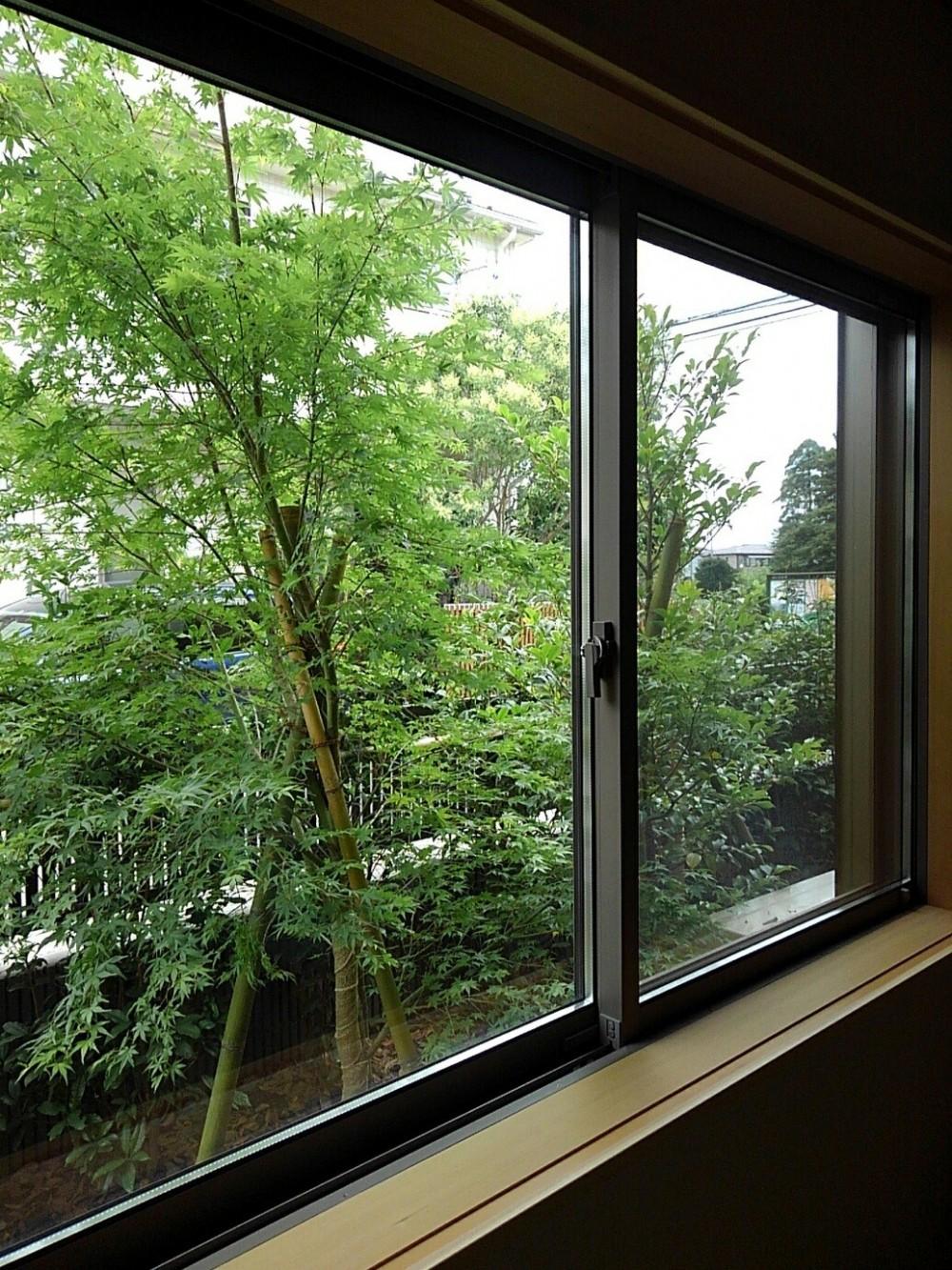 三つの陸屋根を持つコートハウス (和室からの眺め)