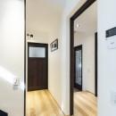 アレルギー反応を持つ子供が住むための和モダン住宅/美しい空気の家の写真 玄関ホール