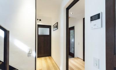 アレルギー反応を持つ子供が住むための和モダン住宅/美しい空気の家 (玄関ホール)