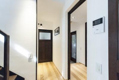 玄関ホール (アレルギー反応を持つ子供が住むための和モダン住宅/美しい空気の家)