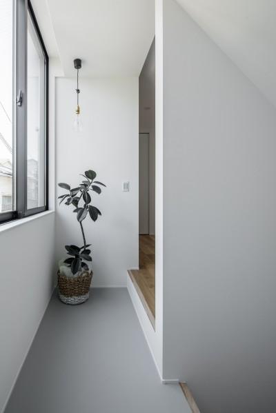 階段ホール (長岡京市の家(15坪の狭小地に建つ狭さを感じさせない3階建て住宅))