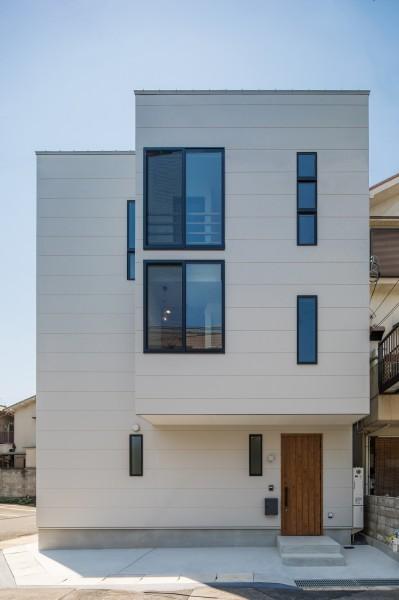 シンプルな3階建て外観 (長岡京市の家(15坪の狭小地に建つ狭さを感じさせない3階建て住宅))
