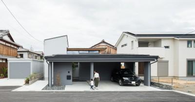 インナーガレージのある家 (上笠の家(インナーガレージでプライベート空間を作りつつも開放的なリビングのある家))